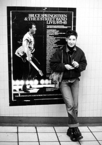 Wally in London vor einem Bruce Springsteen-Plakat